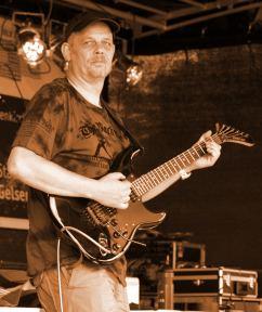 Foto von Norbert Strauß mit E-Gitarre