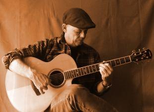 Foto von Norbert Strauß mit Westerngitarre